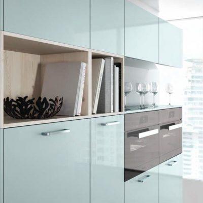 Häcker Küchen Systemat Design AV 2030 Ozeanblau metallic, Hochglanz Lack + AV 5083 Pinie-weiß Furnier | Miele Center Höpperger Küchen Innsbruck | Küchen Tirol