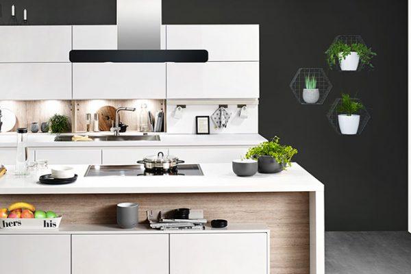 Häcker Küche Faro | Lack und Holz in Kombination | Miele Center Höpperger Innsbruck