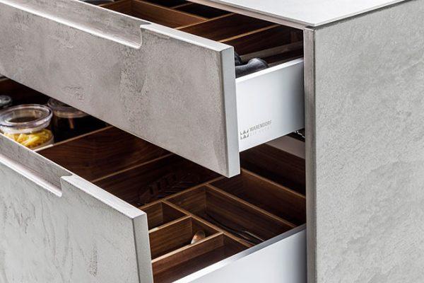 Warendorf Küche Concrete mit Schubkastensystem in Alu-Nussbaum