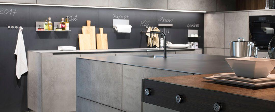 Warendorf Küche Concrete | Urbane Betonfront mit magnetischer Rückwand | Miele Center Höpperger Innsbruck