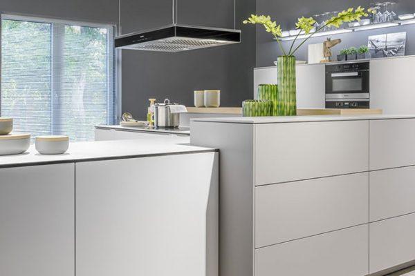 Warendorf Küche Light | Grifflose Lackküche mit viel Stauraum | Miele Center Höpperger Küchen Tirol